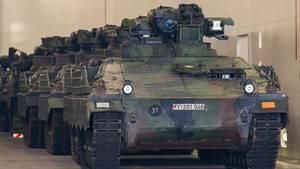 Mehrere Panzer stehen in einer Halle in einer Reihe
