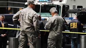 Die Einsatzkräfte vor dem Time Warner Gebäude, nachdem dort ein Sprengsatz gefunden wurde