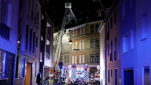 Feuerwehrleute löschen den Wohnungsbrand in der Kölner Südstadt