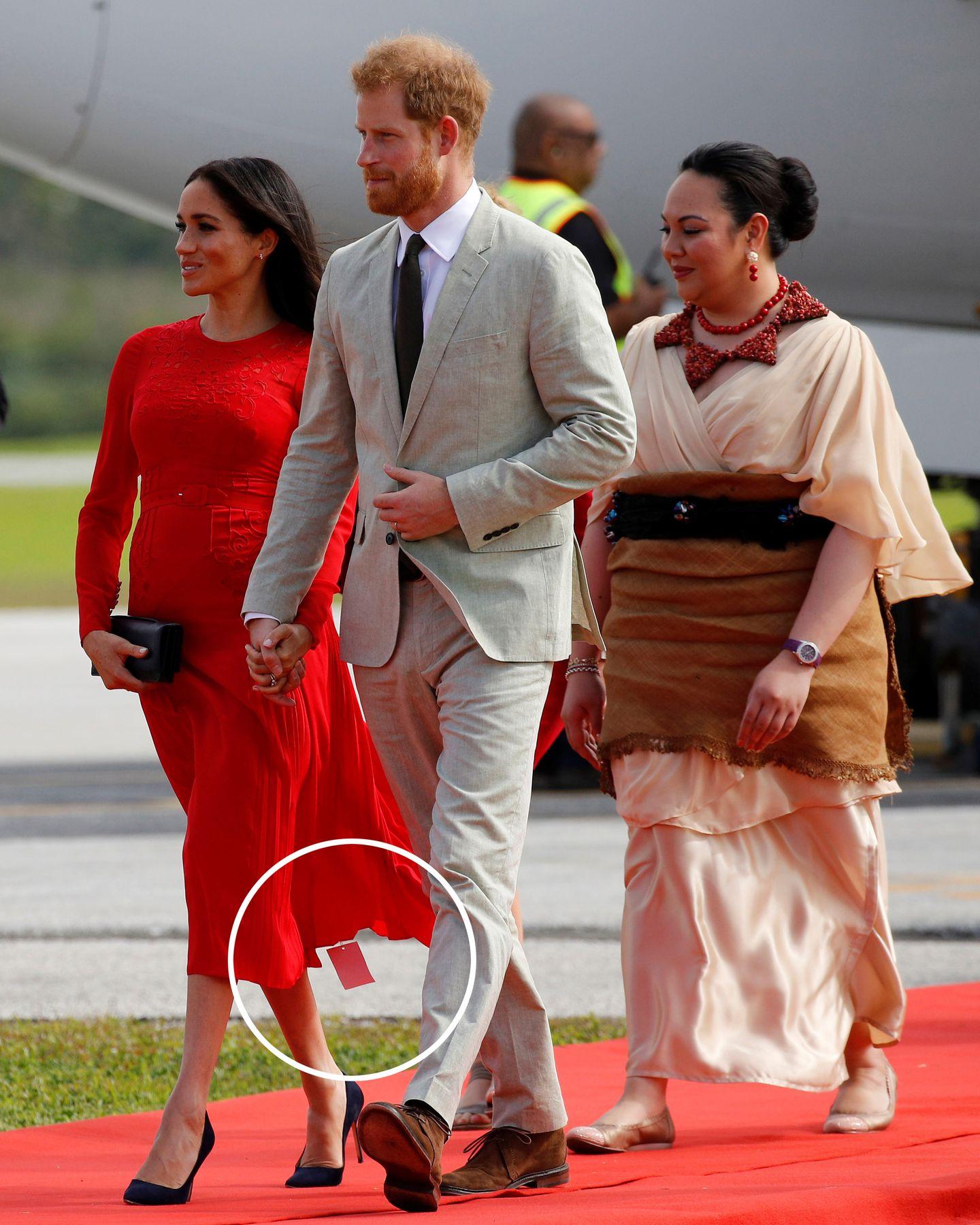 Deutlich sichtbar baumelt am Saum von Meghans Kleid noch das Etikett des Herstellers