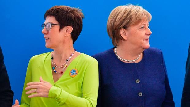 Vor der Hessen-Wahl: Annegret Kramp-Karrenbauer und Angela Merkel