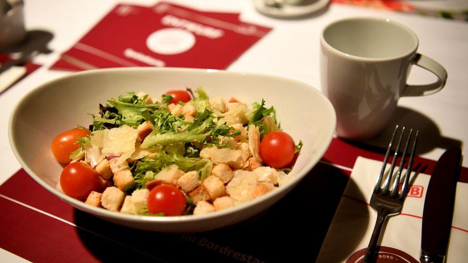 Gastronomie-Angebot bei der Vorstellung der Deutschen Bahn von neuen Produkten