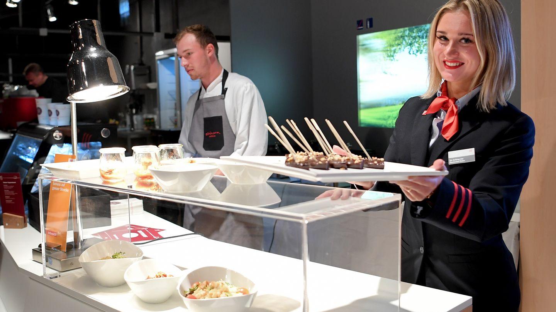 """Eine Mitarbeiterin zeigt das neue """"gastronomische Angebot""""bei der Vorstellung der Deutschen Bahn von neuen Produkten in Berlin"""