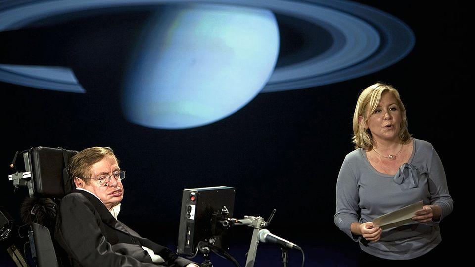 """Stephen und Lucy Hawking bei einem gemeinsamen Vortrag im April 2008 an der George Washington University anlässlich des 50-jährigen Bestehens der Nasa. Thema: """"Warum wir ins All reisen sollten""""."""
