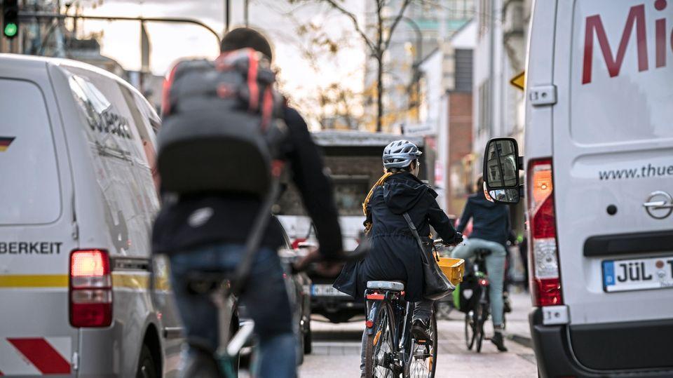Auf der Venloer Straße in Köln zwingt ein falsch parkender Lieferwagen Radfahrer zu riskanten Ausweichmanövern