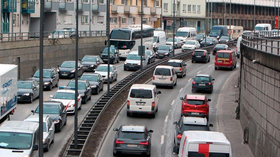 Kommunen hoffen, künftig Staus wie diesen hier am Mittleren Ring in München durch intelligente Leitsysteme vermeiden zu können