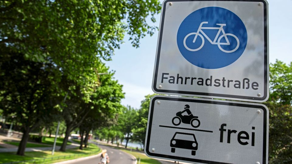 Die Fahrradstraße an der Hamburger Außenalster darf von Motorrädern und Autos mitgenutzt werden