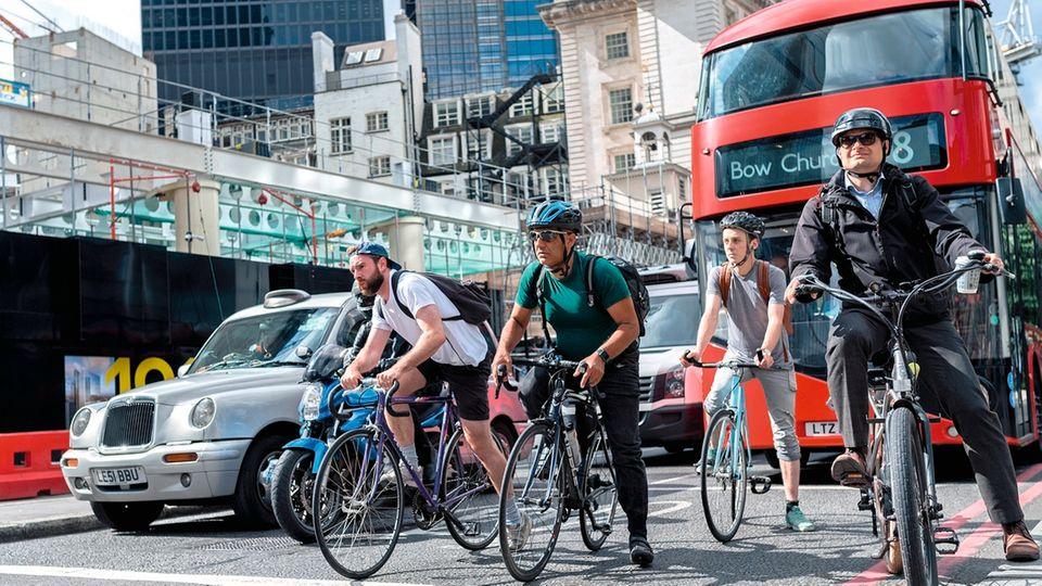 Die Fahrer älterer Autos müssen zusätzlich zur Maut 10 Pfund Gebühren zahlen, wenn sie in die City wollen. Ein Ansporn für den Umstieg aufs Rad.