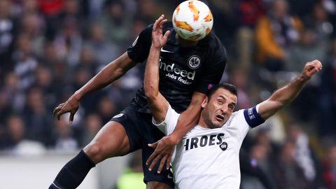 Frankfurts Sébastien Haller setzt sich gegen LimassolsGeorgios Vasiliou durch und macht das zweite Tor für die Eintracht