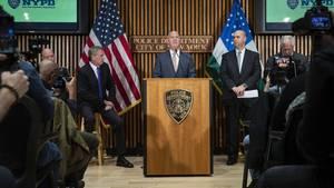 New Yorks Bürgermeister Bill de Blasio, Polizei-ChefJames ONeill und der stellvertretendeFBI-Direktor William Sweeney (v. l.) bei einer Pressekonferenz in New York