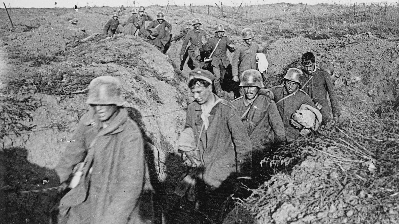 Das Ende: In der Kraterlandschaft vonVauxaillon ergeben sich die deutschen Soldaten.