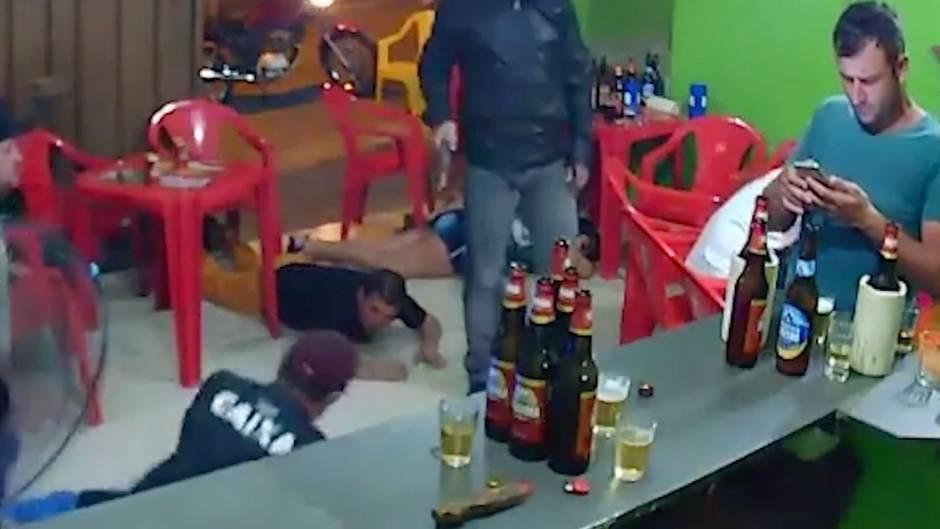 Raubüberfall in Brasilien: In dieser Bar haben fast alle Todesangst – ein Mann hat nur Augen für sein Smartphone