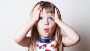 Ein kleines Mädchen guckt erstaunt