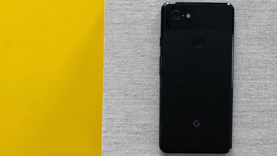 Anders als das iPhone bringt dasGoogle Pixel 3 XL immer noch einen Fingerabdruck-Sensor mit, allerdings auf der Rückseite