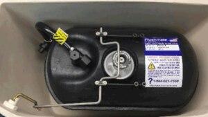 Der Hochdruck-Tank desFlushmate II 501-B presst das Wasser mit starker Kraft in die Toiletten-Schüssel