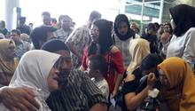 Nach dem Flugzeugabsturz in Indonesien brechen Angehörige in Tränen aus