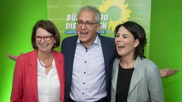 Grüner Spitzenkandiat Tarek Al-Wazir mit Parteikollegin Priska Hinz und Parteichefin Annalena Baerbock nach der Hessenwahl