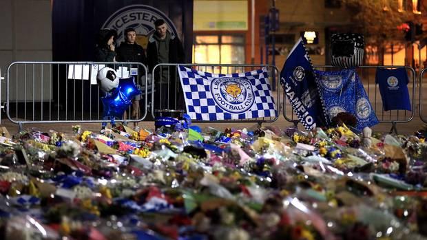 Am Stadion von Leicester City haben zahlreiche TrauerndeBlumen niedergelegt