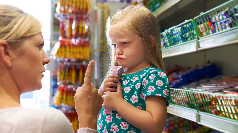 Regeln aufstellen unddurchhalten!  Regeln sind wichtig, sonst funktioniert unser Zusammenleben nicht. Und je eher ein Kind dieses System versteht, desto besser. Das soll nicht bedrohlich klingen. Kinder selbst wünschen sich klare Ansagen, an denen sie sich orientieren können. Genau dafür sind Eltern da.Setzen Sie die Leitplanken für den Lebensweg Ihrer Kinder. Der Haken dabei: Ihnen als Eltern muss glasklar sein, welche Werte Ihnen wichtig sind und welche Sie vermitteln wollen. Haben Sie das für sich herausgefunden, müssen sie diese Wertevorleben und die Regeln auch durchhalten!Nichts ist nerviger, als eigentlich Grundsätzliches, jedes Mal neu auszuhandeln. Daher erleichtern Rituale die Erziehung enorm und prägen die Kinder für den Rest ihres Lebens.Ab dem 12. Lebensjahr ist es für Regeln zu spät. Chance verpasst.