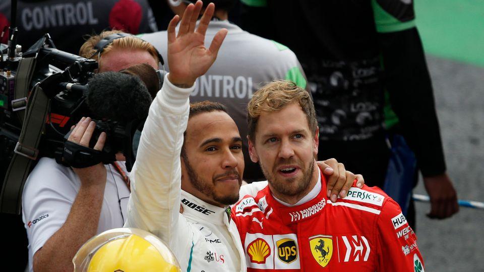 Lewis Hamilton (l.)und Sebastian Vettelnach dem Rennen