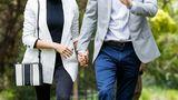 Die schwarze Jeans des Labels Outland Denim trug Herzogin Meghan zu mehreren Anlässen. Für ein Mittagessen mit dem australischenPremierminister kombinierte sie dazu einen schwarzen Rollkragenpullover und einen gestreiften Blazer. Preis für das komplette Outfit, inklusive Tasche und Schuhe: 1317 Euro.