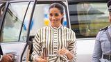 Auf Tonga trug Meghan ein Kleid des australischen Designers Martin Grant. Dazu kombinierte sie eine Clutch von Prada und Pumps von Manolo Blahnik. Für alles zusammen hat sie 3192 Eurohingeblättert.