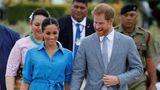 Bei einem Termin auf Tonga präsentierte sich Meghan in königlichem Blau. Kleid und Pumps kosten zusammen 629 Euro.