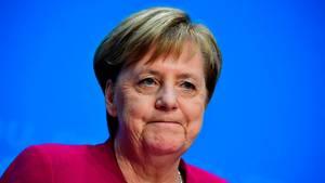 Angela Merkel kneift auf ihrer Pressekonferenz zum Rücktritt vom CDU-Parteivorsitz die Lippen zusammen