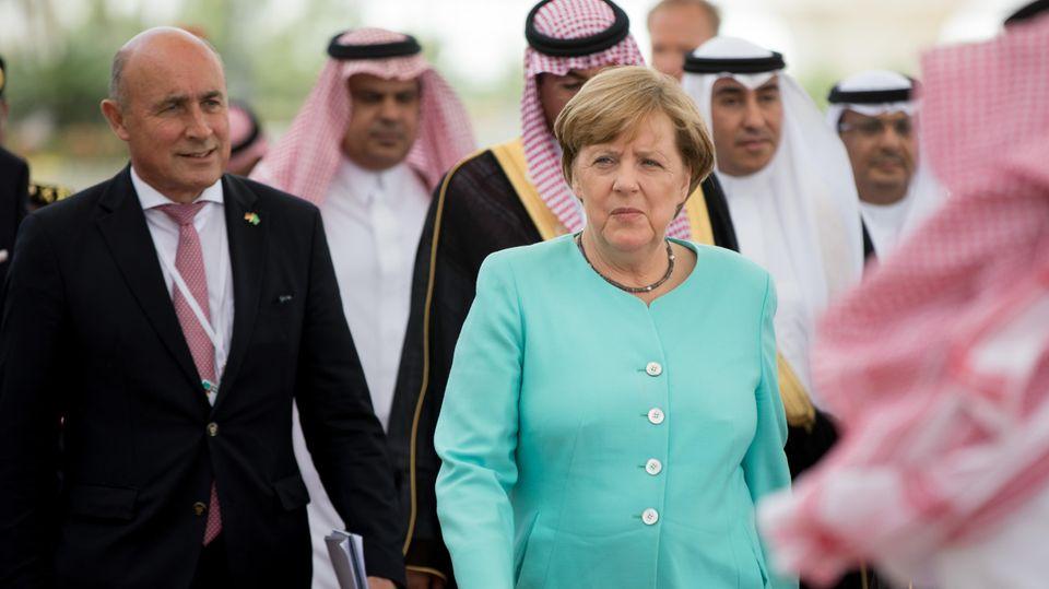 Dieter Haller mit Angela Merkel in Saudi-Arabien