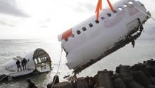 Bergung des Wracks einer Boeing 737 mit dem übergepinselten Schriftzug von Lion Air: Am 13. April 2013hatte der Jet die Landebahn des Ngurah Rai Airport auf Bali verfehlt und war im Wasser auseinandergebrochen.