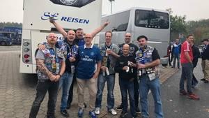 Gut gelaunt: Mitglieder des Fanklubs Semper Fi 1887 posieren auf einem Rastplatz gemeinsam mit anderen HSV-Fans