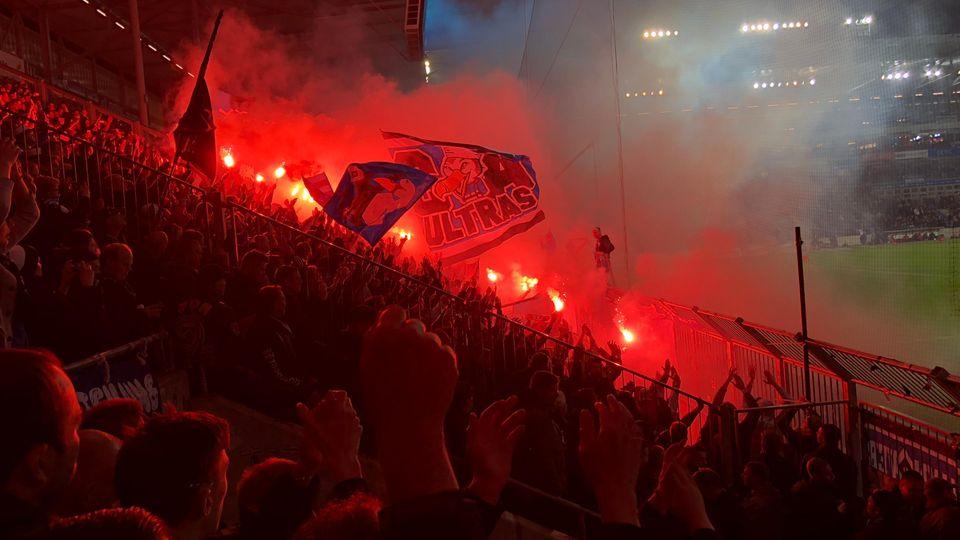 HSV-Ultraszünden zu Beginn der zweiten Halbzeit Bengalos in Magdeburg