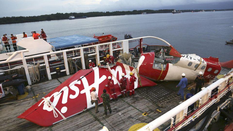 Im Januar 2015 bringt ein Schiff die Wrackteile des Fluges vonAir Asia 8501. Der Airbus A320 war 28. Dezember2014 auf dem Flug vom Flughafen Juanda auf Java nach Singapur abgestürzt.