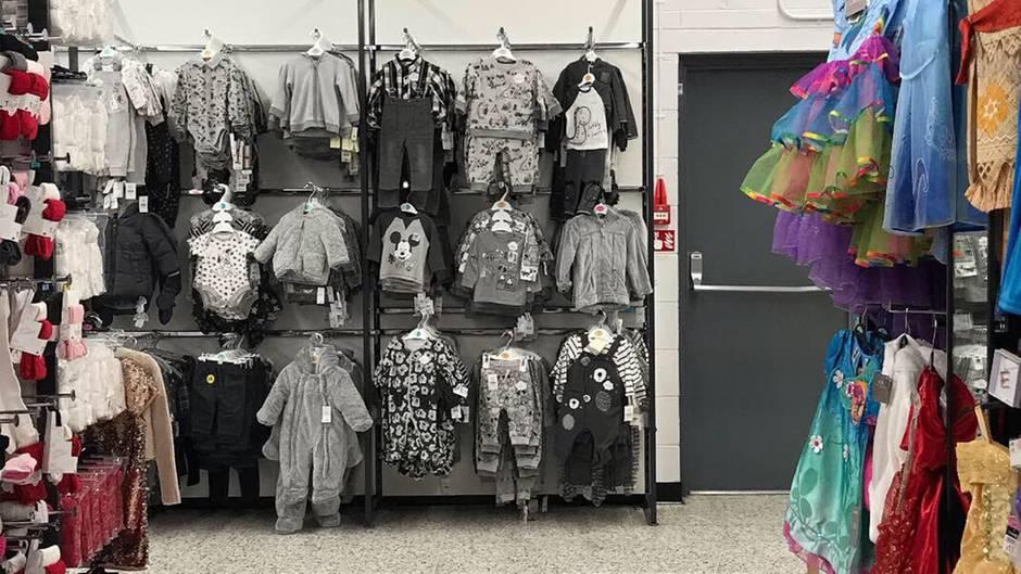 Skurriles Foto: Nachbearbeitet oder original: Ist dieses Regal wirklich farblos?