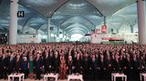 Inszenierung am 95. Gründungstag der Türkei: So sieht die Eröffnungszeremonie im offiziellen Foto aus, mit dem türkischen Präsidenten Recep Tayyip Erdogan und seiner Frau Emine in Bildmitte.