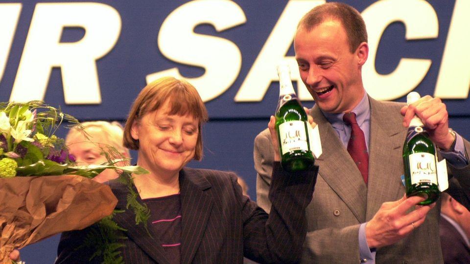 Angela Merkel und Friedrich Merz nach ihrer Wahl zur neuen Vorsitzenden der CDU im Jahr 2000