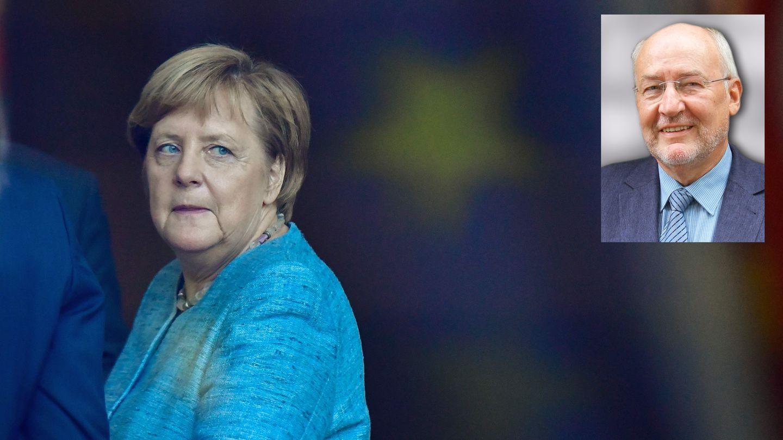 Bundeskanzlerin Angela Merkel verlässt nach ihrer Pressekonferenz die Bühne, auf deren Hintergrund CDU-Logos prangen