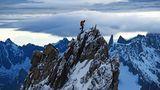 Bild 1 von 10 der Fotostrecke zum Klicken:Ueli Steck auf der Aiguille de Blanche de Peueterey im Mount-Blanc-Gebiet, einer der am schwierigsten zu besteigenden Viertausenderder Alpen.