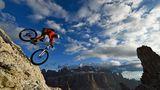 Bergab in den Dolomiten: Der Mountainbike-Abenteurer Harald Philipp auf einer steilen Passage oberhalb des Grödner Jochs.