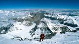 Auf dem Weg zum Dach der Welt: Tiefblick kurz vor dem Gipfel des Mount Everest