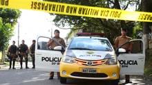 Ein brasilianisches Polizeiauto hinter einem Absperrband