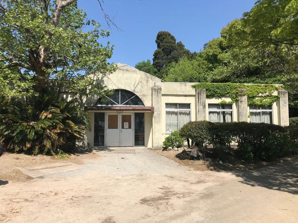 Eines der alten Laborgebäude auf der Insel