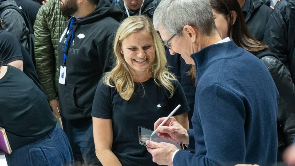 Nach dem Event zeichnete auch Apple-Chef Tim Cook eine Runde auf dem neuen iPad Pro.