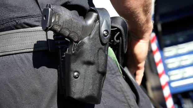 Die Dienstwaffe eines Polizisten. Vor einem Pokalspiel in Rostock sah sich ein Beamter gezwungen, einen Warnschuss abzugeben