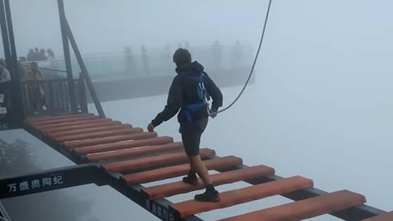 Gefährliche Touristenattraktionen: Sicherung löst sich bei Sprung über 150 Meter hohe Action-Brücke