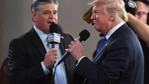 Sean Hannity von Fox News und US-Präsident Donald Trump im Gespräch