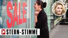 Eine Frau freut sich über Klamottenschlussverkauf