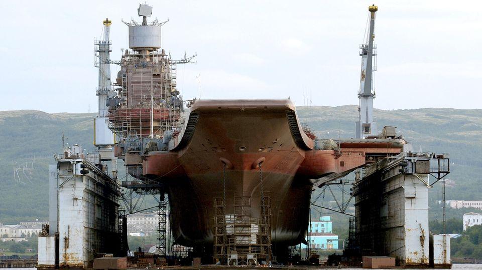 """Hier liegt die """"Admiral Kuznetsow""""im schwimmenden Dock PD-50."""