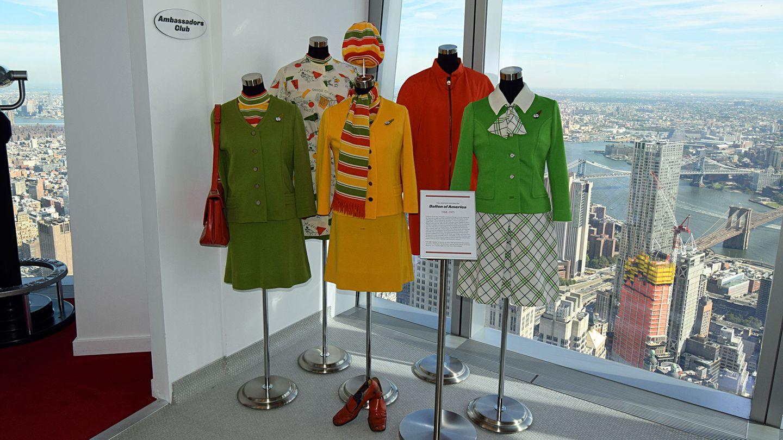 Der Rundgang wird zu einer Zeitreise zurück in die das goldene Kapitel des Luftverkehrs: Im Bild sind Uniformen der TWA-Stewardessen, dievon 1968 bis 1972 getragen wurden.