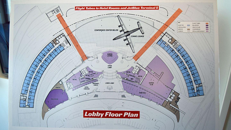 """In der Lounge ist auch ein Plan vom Umbau des Saarinen-Terminals ausgestellt: Die Flächen desKonferenzzentrums sind in Violettund des Hotels mit 512 Zimmern Blau gehalten. Zwischen den beiden """"Flight Tubes"""" (orange) soll ein Flugzeug parken, eine renovierte Super Constellation, die als Bar dienen wird."""